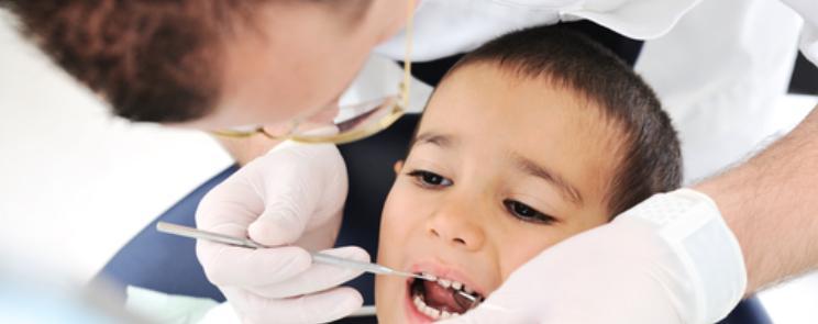 רופא שיניים בודק ילד